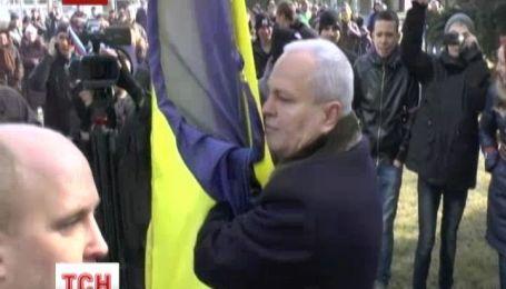 Мер Керчі побився з проросійськими прихильниками за український стяг