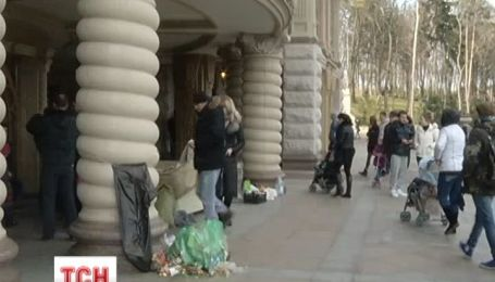 Туристы завалили Межигорье мусором