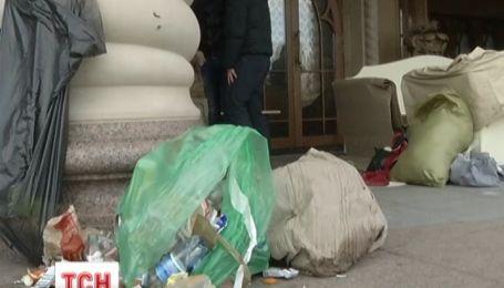 Резиденция президента в Межигорье утонула в мусоре