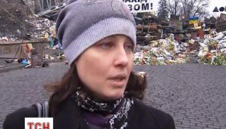 Тысячи людей приносят цветы на Майдан