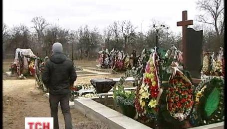 Неизвестные терроризируют могилу активиста Сергее Бондарева