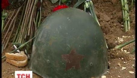 На Киевщине осквернили могилу погибшего на Майдане Сергея Бондарева