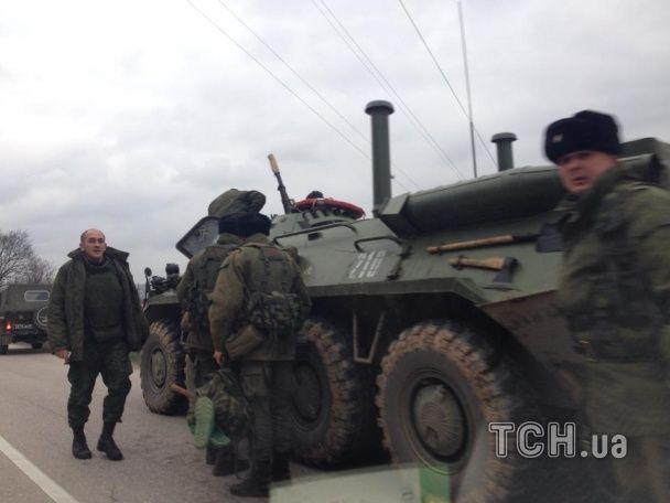 Десять російських БТР їдуть в бік Сімферополя
