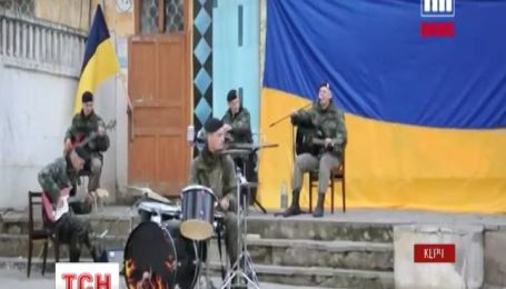 """Керченские морпехи """"зажгли"""" рок-концерт в заблокированной части"""