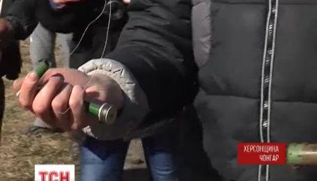 На Херсонщині люди розміновують свої від російських спецзасобів