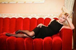 Прокурор-білявка сепаратистського Криму любить фотографуватися на диванах