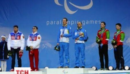 Украинские паралимпийцы устроили акцию протеста прямо на церемонии награждения в Сочи