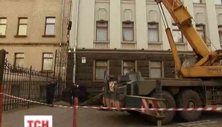 Под стенами Администрации президента Украины снесли металлический забор