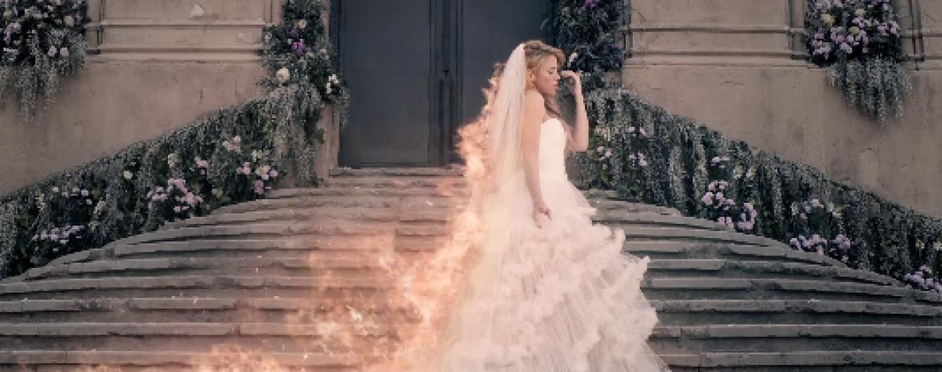 В клипе поет в свадебном платье