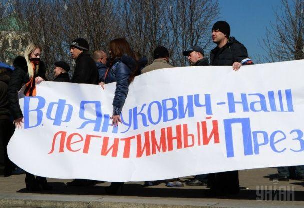 У Донецьку мітингувальники під російськими прапорами вшановують пам'ять загиблих силовиків