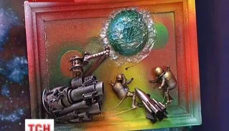 В Днепропетровске мужчина создает картины из мусора