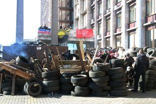 """Донецькі сепаратисти біля ОДА зміцнили барикади та провели """"кордон РФ"""""""