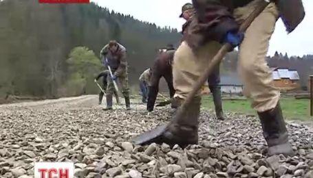 На Прикарпатті селяни власноруч відремонтували дорогу