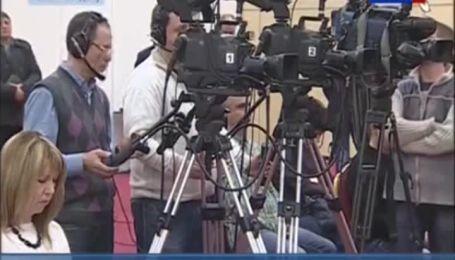 Янукович вышел к журналистам вместе с Пшонкой и Захарченко
