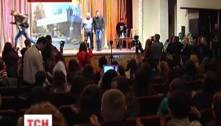 Вакарчука в Днепропетровске встретили песней «Все буде добре»
