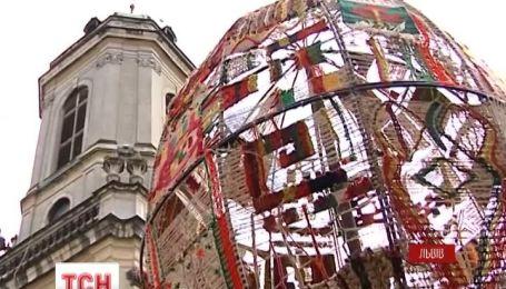 Во Львове показали трехметровую тканую писанку