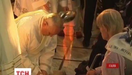 Папа Франциск второй раз омыл ноги мусульманину