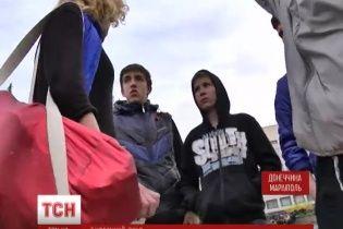 В Мариуполе несовершеннолетние сепаратисты с георгиевскими лентами следят за журналистами