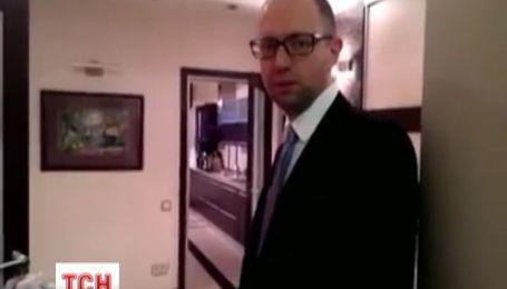 Яценюк показав свою квартиру з білим роялем