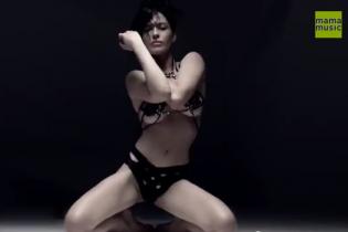 Nikita представила эротический клип в садомазо-одежде и колготках на голое тело