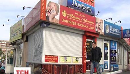 """У Києві грабіжники за три хвилини """"обчистили"""" ювелірну крамницю"""