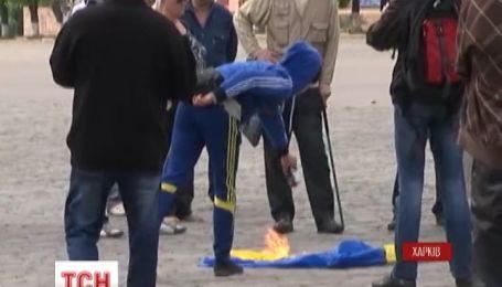 У Харкові нападали на журналістів і палили прапор України