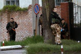 """Військкомат у Луганську блокує тисяча бойовиків з автоматами та щитами """"Беркута"""""""