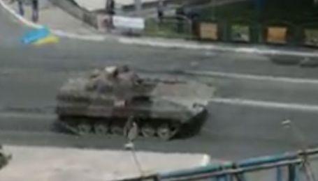 По улицам Мариуполя несутся боевые машины с украинскими флагами