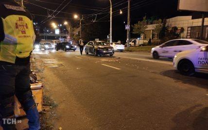 Розсипана картопля фрі на асфальті: у Києві п'яний водій збив скутериста-кур'єра та пішохода