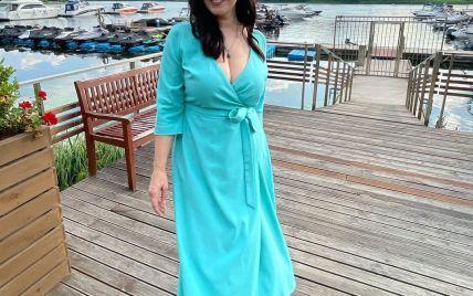 В голубом платье с декольте: Соломия Витвицкая в красивом образе сфотографировалась в яхт-клубе