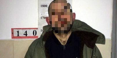 У Києві чоловік із сокирою у руках нападав на людей