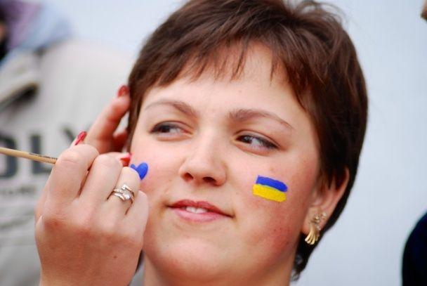 У Луцьку кілька сотень студентів розгорнули найбільший у світі прапор України