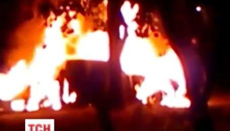 У Києві підпалили машину у спальному районі