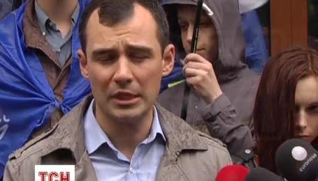 Украинцы принесли к посольству Франции кровавый бассейн
