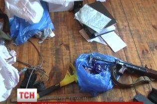 """Парни, которые с автоматами и луком захватили базу под Киевом, маскировались под """"Правый сектор"""""""