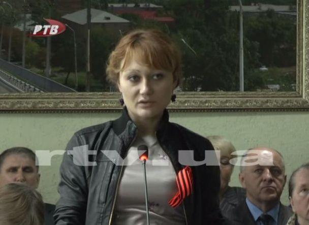 """На Луганщині """"міністр"""" сепаратистів фотографується топлес на вулицях міста у непристойних позах"""