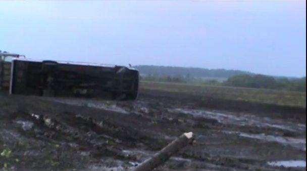 На Черкащині смерч підняв автобус з пасажирами у повітря і відніс на десятки метрів