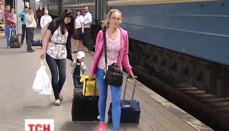 """""""Укрзализныця"""" возобновила продажу железнодорожных билетов в Крым"""