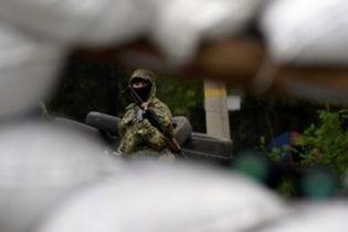 """У Луганську бойовики """"ЛНР"""" із автоматами та гранатометами оточили військовий гуртожиток - очевидці"""