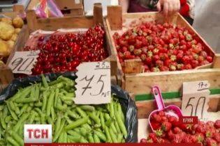 В Крыму продавцы упорно называют цены в гривнях, а пенсионеров цены в рублях пугают
