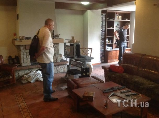 Активисты пришли заселять в дом Царева беженцев с Донетчины и Луганщины