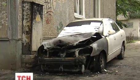 В Киеве ночью почти полностью сгорели три автомобиля