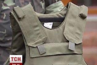 Экс-регионалы передали украинским военным 145 бронежилетов с кевларовыми касками