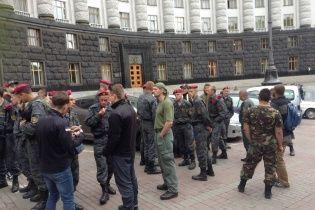 Бойцы Нацгвардии пикетируют Кабмин и требуют признать их участниками боевых действий
