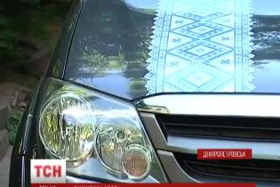 """Українці """"вбирають"""" свої авто у яскраві вишиванки"""