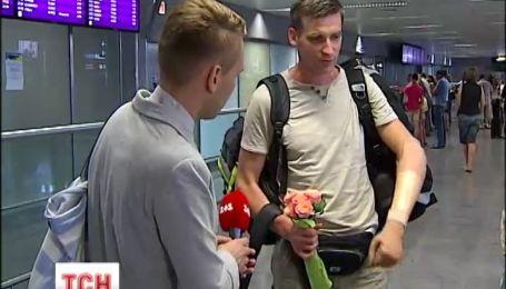 До України повернувся майдановець з механічною рукою