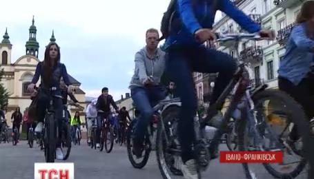 Ночные велосипедные экскурсии устраивают студенты-медики в Ивано-Франковске
