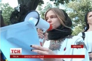 Під посольством РФ у Берліні босі українці у вишиванках нагадали росіянам про загиблих військових