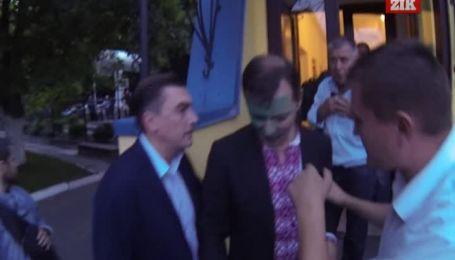 Во Львове зеленкой Ляшка облил парень в чорной олимпийке