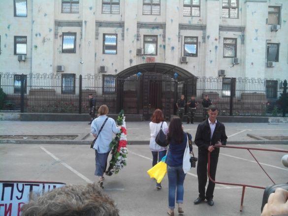 Вінок Путіну біля посольства Росії